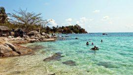 batuan besar dan air laut yang jernih