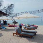 kursi pantai merupakan properti yang ada di white sand island