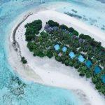 white sand island terlihat dari atas